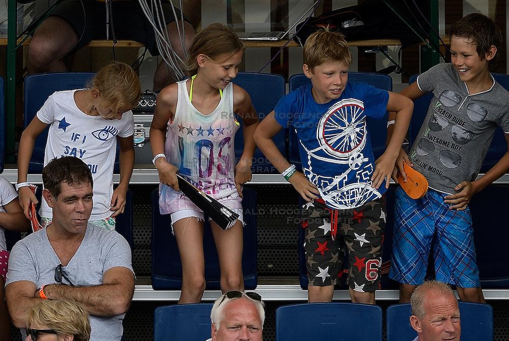 20-07-2014 NED: FIVB Grand Slam Beach Volleybal, Scheveningen<br /> Gold medal match / Support publiek jeugd, van de Goor
