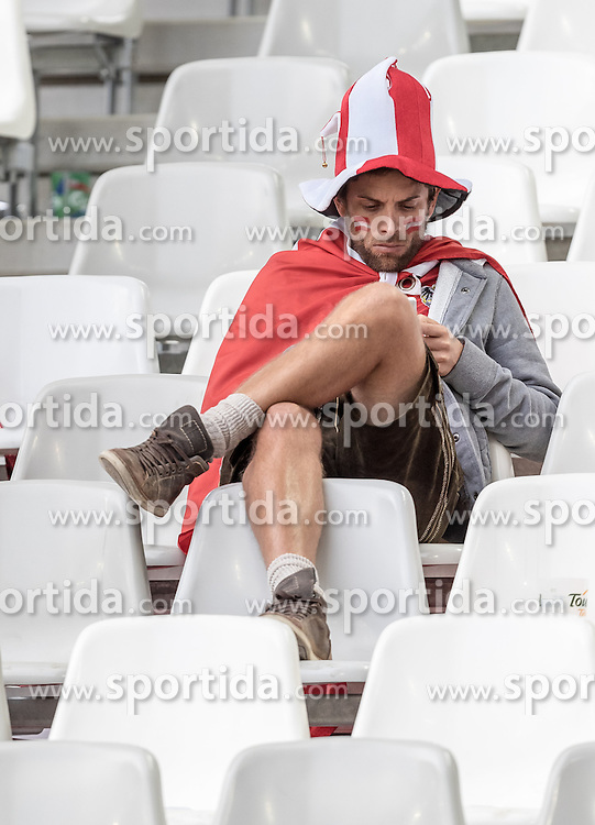14.06.2016, Stade de Bordeaux, Bordeaux, FRA, UEFA Euro, Frankreich, Oesterreich vs Ungarn, Gruppe F, im Bild Österreich Fan enttäuscht nach dem Spiel // Austria Fan disappointed after the game during Group F match between Austria and Hungary of the UEFA EURO 2016 France at the Stade de Bordeaux in Bordeaux, France on 2016/06/14. EXPA Pictures © 2016, PhotoCredit: EXPA/ JFK