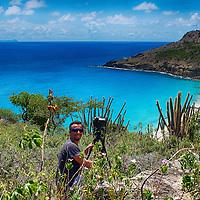 Photographe en action dans les hauteurs de Saline -Saint-Barthélémy.