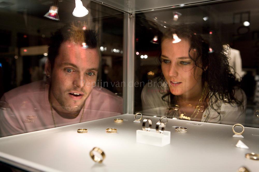 huwelijksbeurs in martiniplaza. Joan Wesselink en Johnny Perdok. foto: Pepijn van den Broeke