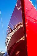 Blankt nyputsat fribord och stäv på en segelbåt. /