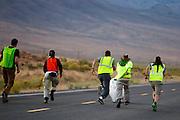 Florian Kowalik wordt gevangen tijdens de avondrun op de derde dag van de races. In Battle Mountain (Nevada) wordt ieder jaar de World Human Powered Speed Challenge gehouden. Tijdens deze wedstrijd wordt geprobeerd zo hard mogelijk te fietsen op pure menskracht. Het huidige record staat sinds 2015 op naam van de Canadees Todd Reichert die 139,45 km/h reed. De deelnemers bestaan zowel uit teams van universiteiten als uit hobbyisten. Met de gestroomlijnde fietsen willen ze laten zien wat mogelijk is met menskracht. De speciale ligfietsen kunnen gezien worden als de Formule 1 van het fietsen. De kennis die wordt opgedaan wordt ook gebruikt om duurzaam vervoer verder te ontwikkelen.<br /> <br /> In Battle Mountain (Nevada) each year the World Human Powered Speed Challenge is held. During this race they try to ride on pure manpower as hard as possible. Since 2015 the Canadian Todd Reichert is record holder with a speed of 136,45 km/h. The participants consist of both teams from universities and from hobbyists. With the sleek bikes they want to show what is possible with human power. The special recumbent bicycles can be seen as the Formula 1 of the bicycle. The knowledge gained is also used to develop sustainable transport.