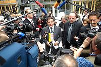 """13 APR 2005, BERLIN/GERMANY:<br /> Gerhard Schroeder, SPD, Bundeskanzler, gibt Journalisten ein Statement, Konferenz """"Familie - ein Erfolgsfaktor fuer die Wirtschaft"""", Haus der Deutschen Wirtschaft<br /> IMAGE: 20050413-02-040<br /> KEYWORDS: Gerhard Schröder, Mikrofon, microphone, Kamera, Camera, Journalist"""