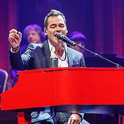 NLD/Amsterdam/20160217 - Holland zingt Hazes 2016, Jeroen van der Boom drinkt een Heineken biertje achter zijn piano
