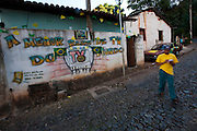 Sabara_MG, Brasil...TV Muro transmite ao vivo jogos da selecao brasileira na Copa do Mundo de futebol 2010 em Sabara, Minas Gerais...Wall TV live broadcasts the Brazils matches in the World Cup football 2010 in Sabara, Minas Gerais...Foto: NIDIN SANCHES / NITRO