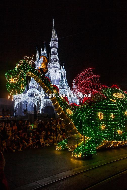 20151116 Orlando Florida USA <br /> Magic Kingdom Disneyworld<br /> Electric parade framf&ouml;r Askungens slott <br /> <br /> <br /> FOTO : JOACHIM NYWALL KOD 0708840825_1<br /> COPYRIGHT JOACHIM NYWALL<br /> <br /> ***BETALBILD***<br /> Redovisas till <br /> NYWALL MEDIA AB<br /> Strandgatan 30<br /> 461 31 Trollh&auml;ttan<br /> Prislista enl BLF , om inget annat avtalas.