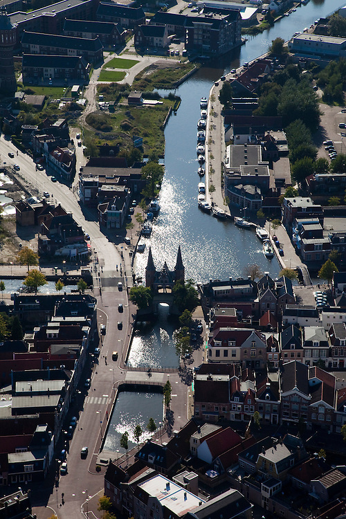 Nederland, Friesland, Sneek, 08-09-2009; Binnenstad met Waterpoort, .gebouwd over de ingang tot de stadsgrachten, symbool voor Sneek..Waterpoort (Watergate), built over the entrance to the city canals, symbol of Sneek..Luchtfoto (toeslag); aerial photo (additional fee required); .foto Siebe Swart / photo Siebe Swart