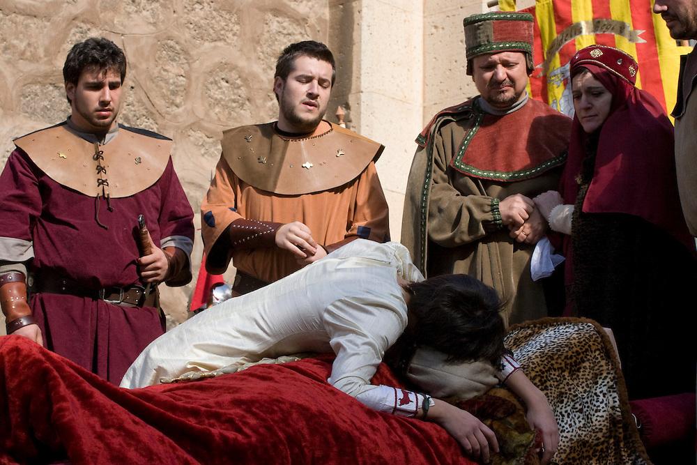 """Teruel. Muerte de Isabel de Segura en la representación de """"Las Bodas de Isabel de Segura"""", en San Valentín, conmemorando la leyenda del Siglo XIII de """"Los amantes de Teruel"""" (Isabel de Segura y Juan Martínez de Marcilla)."""
