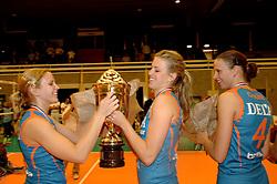 08-10-2006 VOLLEYBAL: SUPERCUP DELA MARTINUS - PLANTINA LONGA: DOETINCHEM<br /> Martinus wint vrij eenvoudig met 3-0 van Longa en pakt de Supercup / Susan van de Heuvel en Kim en Chaine Staelens<br /> ©2006: WWW.FOTOHOOGENDOORN.NL