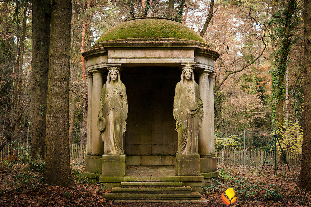 Mausoleum of Wilhelm Kühn (banker) and family at Südwestkirchhof Stahnsdorf. Mourning women by Reinhold Felderhoff.