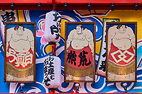 Japon, île de Honshu, Kansai, Osaka, le quartier de Shinsekai, portrait de sumotori ou de samourai au dessus d'un retsaurant // Japon, Honshu, Kansai, Osaka, Shinsekai. Rows of large samurai portraits and small lanterns over each one above entrance of kushikatsu speciality restaurant