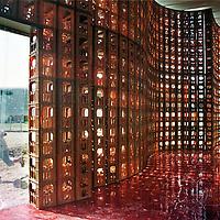 Nederland. Leidsche Rijn. 6 augustus 2003..Het z.g. Lichtspielhaus van kunstenaars Wolfgang Winter en Berthold Horbelt, als onderdeel van de tentoonstelling Parasite Paradise, experimentele bouwwerken vormen een dorp.