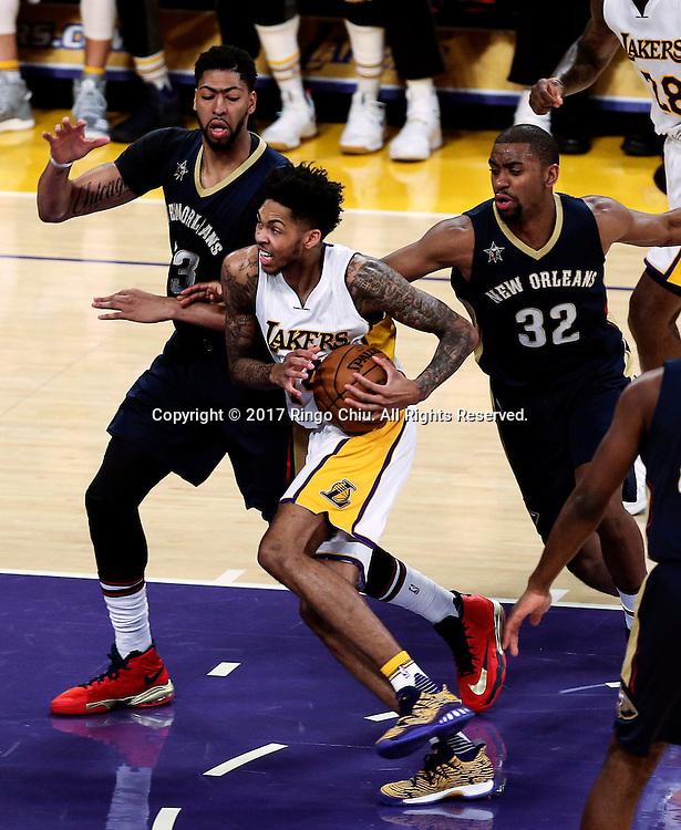 3月5日,洛杉矶湖人队球员布兰登&middot;英格拉姆(中)在比賽中进攻。 当日,在2016-2017赛季NBA常规赛中,洛杉矶湖人队主场以97比105不敌新奥尔良鹈鹕队。 新华社发 (赵汉荣摄)New Orleans Pelicans defeats Los Angeles Lakers 97-105 during an NBA basketball game Tuesday, March 5, 2017, in Los Angeles. (Photo by Ringo Chiu/PHOTOFORMULA.com)<br /> <br /> Usage Notes: This content is intended for editorial use only. For other uses, additional clearances may be required.