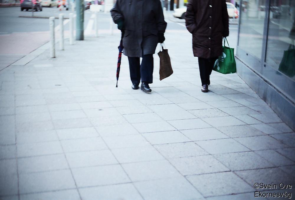 Berlin februar 2012.<br /> To damer går på gaten i Berlin i Tyskland.<br /> Foto: Svein Ove Ekornesvåg