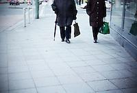 Berlin februar 2012.<br /> To damer g&aring;r p&aring; gaten i Berlin i Tyskland.<br /> Foto: Svein Ove Ekornesv&aring;g
