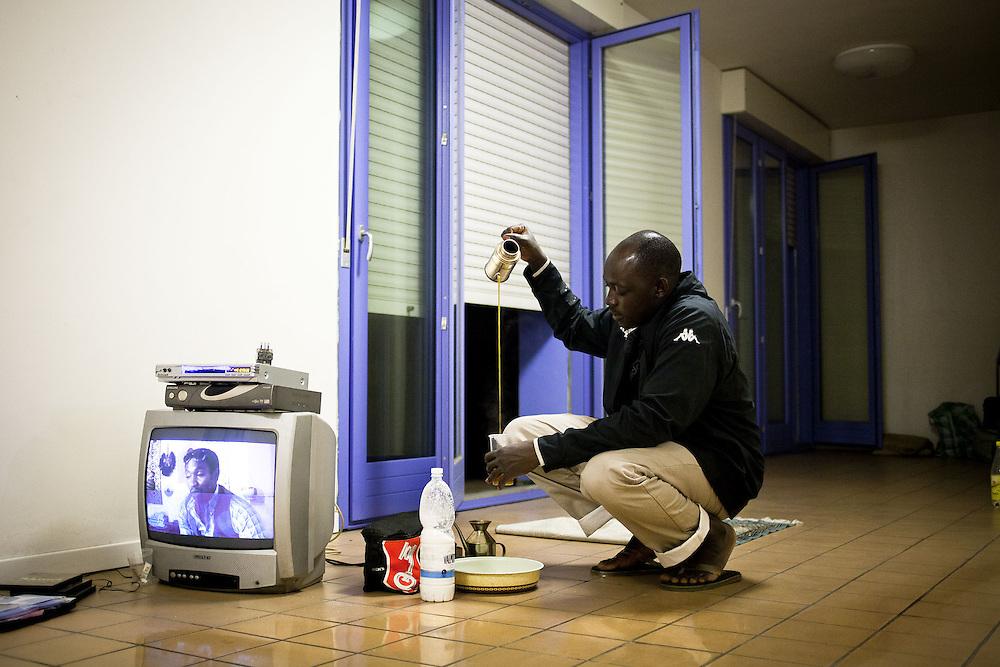 Un ragazzo prepara il thè. Interno ex palazzine olimpiche.