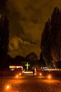 Nederland, Den Bosch, 20151107.<br /> Zielen in Gedachten op begraafplaats Orthen in Den Bosch.<br /> Zielen in Gedachten is een jaarlijkse herdenkingsbijeenkomst voor iedereen die hun overledenen in een sfeervolle, ingetogen omgeving wil gedenken. Een sfeervol uitgelichte route voert langs muziek, rituelen, beelden, verhalen en po&euml;zie op begraafplaats Orthen<br /> <br /> Netherlands, Den Bosch, 20151107.<br /> Souls in Thoughts on cemetery Orthen in Den Bosch. <br /> Souls in Thoughts is an annual commemoration for all who their dead in a stylish, understated surroundings will remember. An atmospheric highlighted route goes past music, rituals, images, stories and poetry on cemetery Orthen
