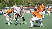 AMSTELVEEN -   Billy Bakker (A'dam) met Bram Huijbregts van OZ (links) .     Beslissende finalewedstrijd om het Nederlands kampioenschap hockey tussen de mannen van Amsterdam en Oranje Zwart (2-3). COPYRIGHT KOEN SUYK