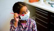 ROTTERDAM - Twee kinderen en een moeder laten hun gebit controleren tijdens een bezoek aan de tandarts, tijdens de periodieke controle. Tandartsen en kaakchirurgen hebben het druk met het gebit van peuters en kleuters en er wordt een rontgen foto gemaakt van de moeder. ANP COPYRIGHT ROBIN UTRECHT