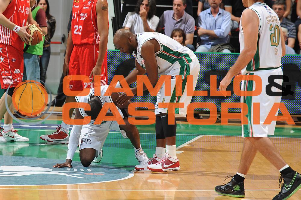 DESCRIZIONE : Siena Lega A 2009-10 Playoff Finale Gara 1 Montepaschi Siena Armani Jeans Milano<br /> GIOCATORE : Romain Sato<br /> SQUADRA : Montepaschi Siena Armani Jeans Milano <br /> EVENTO : Campionato Lega A 2009-2010 <br /> GARA : Montepaschi Siena Armani Jeans Milano<br /> DATA : 13/06/2010<br /> CATEGORIA : infortunio<br /> SPORT : Pallacanestro <br /> AUTORE : Agenzia Ciamillo-Castoria/GiulioCiamillo<br /> Galleria : Lega Basket A 2009-2010 <br /> Fotonotizia : Siena Lega A 2009-10 Playoff Finale Gara 1 Montepaschi Siena Armani Jeans Milano<br /> Predefinita :