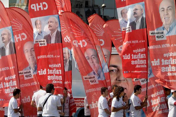 Turkije, Istanbul, 2-6-2011Verkiezingscampagne van de CHP partij, de turkse sociaal democraten, met haar lijsttrekker Aydin Ayaydin, in Istanbul in de aanloop naar de verkiezingen voor het parlement op 16 juni. Foto: Flip Franssen