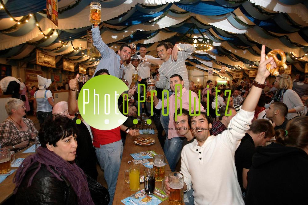 Mannheim. Neckarstadt. Neuer Messplatz. Oktobermess mit Fahrattraktionen und dem neuen Festzelt mit Bayerischem Wiesn-Flair.<br /> Oktoberfest in Mannheim<br /> Bild: Markus Proflwitz / masterpress /   *** Local Caption *** masterpress Mannheim - Pressefotoagentur<br /> Markus Proflwitz<br /> Hauptstrafle 131<br /> 68259 MANNHEIM<br /> +49 621 33 93 93 60<br /> info@masterpress.org<br /> Dresdner Bank<br /> BLZ 67080050 / KTO 0650687000<br /> DE221362249