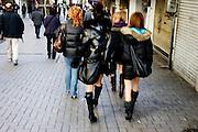 Meisjes in korte rokjes paraderen door de straten van Tokyo