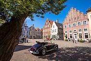 Europe, Germany, North Rhine-Westphalia, Warendorf, houses at the market place in the historic center, Mercedes-Benz oldtimer.<br /> <br /> Europa, Deutschland, Nordrhein-Westfalen, Warendorf, Haeuser am Marktpatz in der Altstadt, Mercedes-Benz Oldtimer.