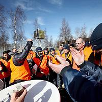 Nederland, Schiphol , 19 maart 2014.<br /> insdagavond om 22:00 uur is de 24-uurs staking bij Aviapartner Cargo van start gegaan. Ruim 60 werknemers van de vrachtafhandelaar op Schiphol registreerden zich als staker. De staking eindigt woensdagavond, tenzij APC dan nog niet wil onderhandelen over de eisen van de werknemers, dan wordt de 24-uurs staking verlengd naar een 48-uurs staking tot donderdagavond 22:00 uur.<br /> Op de foto: werknemers van Aviapartner Cargo staken bij de ingang van Aviapartner aan de Pelikaanweg . tweede man van rechts is werknemer Ben Wevers.<br /> Foto:Jean-Pierre Jans