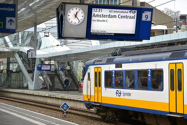 Nederland, Arnhem, 10-12-2015Treinen staan op het centraal station. Reizigers vertrekken of komen aan op het perron.FOTO: FLIP FRANSSEN/ HH