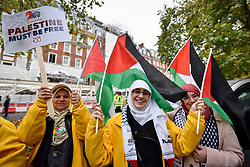 "© Licensed to London News Pictures. 04/11/2017. London, UK.  Demonstrators take part in ""Justice Now: Make It Right For Palestine"", a march from outside the US Embassy in Grosvenor Square to a rally in Parliament Square, demanding justice and equal rights for Palestinians on the centenary of the Balfour Declaration.  Photo credit: Stephen Chung/LNP"