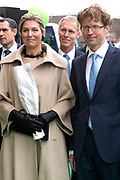 Koningin Maxima geeft startsein Week van het geld op de basisschool OBS West in Capelle aan de IJssel. <br /> <br /> Queen Maxima launches Money Week at the primary public school  in Capelle aan den IJssel.<br /> <br /> Op de foto / On the photo:  Aankomst Koningin Maxima en Sander Dekker / Arrival Queen Maxima