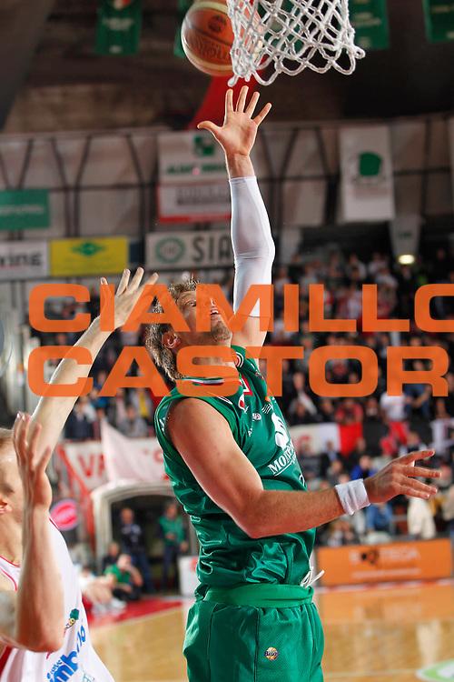 DESCRIZIONE : Varese Lega A 2011-12 Cimberio Varese Montepaschi Siena Quarti di Finale Play off gara 3<br /> GIOCATORE : David Andersen<br /> CATEGORIA : Tiro<br /> SQUADRA : Montepaschi Siena<br /> EVENTO : Campionato Lega A 2011-2012 Quarti di Finale Play off gara 3 <br /> GARA : Cimberio Varese Montepaschi Siena<br /> DATA : 21/05/2012<br /> SPORT : Pallacanestro <br /> AUTORE : Agenzia Ciamillo-Castoria/G.Cottini<br /> Galleria : Lega Basket A 2011-2012  <br /> Fotonotizia : Varese Lega A 2011-12 Cimberio Varese Montepaschi Siena Quarti di Finale Play off gara 3<br /> Predefinita :