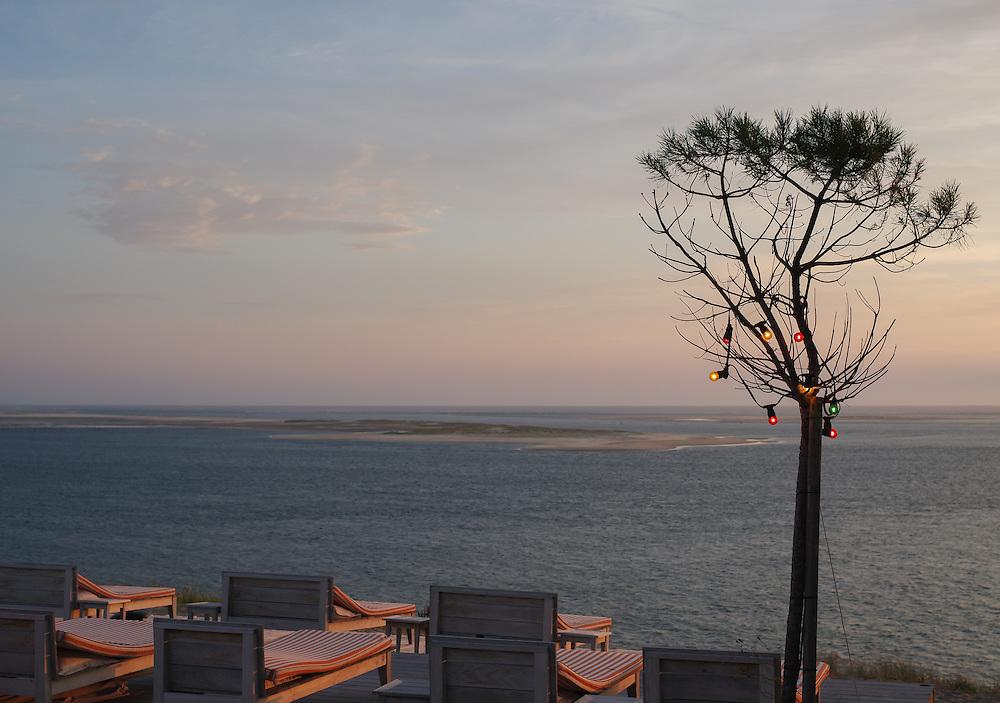 la vue incroyablement belle ouverte sur la Dune de Pilat de la piscine-terrasse de l'hôtel restaurant La Co(o)rniche. Le design de cet hôtel a été réalisé par Stark