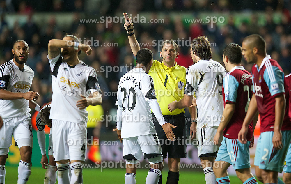 27.10.2013, Liberty Stadion, Swansea, ENG, Premier League, Swansea City vs West Ham United, 09. Runde, im Bild Referee Phil Dowd refuses to listen to the protests of Swansea City players as he fails to award, penalty against West Ham United // during the English Premier League 09th round match between Swansea City AFC and West Ham United at the Liberty Stadion in Swansea, Great Britain on 2013/10/27. EXPA Pictures &copy; 2013, PhotoCredit: EXPA/ Propagandaphoto/ David Rawcliffe<br /> <br /> *****ATTENTION - OUT of ENG, GBR*****