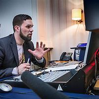 Nederland, Amsterdam, 8 april 2016.<br /> Freelance journaliste Marte van Santen tijdens de workshop stemacteren bij geluidsstudio Inter Voice in Amsterdam<br /> Op de foto: de stemregisseur tijdens de opnamen van Marte van Santen<br /> Foto: Jean-Pierre Jans