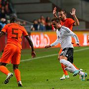 NLD/Amsterdam/20121114 - Vriendschappelijk duel Nederland - Duitsland, Mario Gotze in duel met Rafael van der Vaart en Bruno Martins Indi
