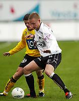 Fotball, 21. april 2002. Tippeligaen, Sogndal v  Start. Fosshaugane. Tommy Øren, Sogndal mot Morten Larsen, Start.