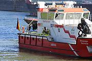 Mannheim. 29.07.17 | &Uuml;bung um M&uuml;hlauhafen<br /> M&uuml;hlauhafen. Rettungs&uuml;bung von Feuerwehr DLRG und ASB. Das Szenario: Ein Fahrgastschiff brennt und die Passagiere m&uuml;ssen gerettet werden. <br /> Auf der MS Oberrhein wird ge&uuml;bt. Dazu ankert das Schiff in der Fahrrinne des M&uuml;hlauhafens. Das Feuerl&ouml;schboot Metropolregion 1 kommt dazu.<br /> <br /> BILD- ID 0930 |<br /> Bild: Markus Prosswitz 29JUL17 / masterpress (Bild ist honorarpflichtig - No Model Release!)