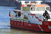 Mannheim. 29.07.17   &Uuml;bung um M&uuml;hlauhafen<br /> M&uuml;hlauhafen. Rettungs&uuml;bung von Feuerwehr DLRG und ASB. Das Szenario: Ein Fahrgastschiff brennt und die Passagiere m&uuml;ssen gerettet werden. <br /> Auf der MS Oberrhein wird ge&uuml;bt. Dazu ankert das Schiff in der Fahrrinne des M&uuml;hlauhafens. Das Feuerl&ouml;schboot Metropolregion 1 kommt dazu.<br /> <br /> BILD- ID 0930  <br /> Bild: Markus Prosswitz 29JUL17 / masterpress (Bild ist honorarpflichtig - No Model Release!)