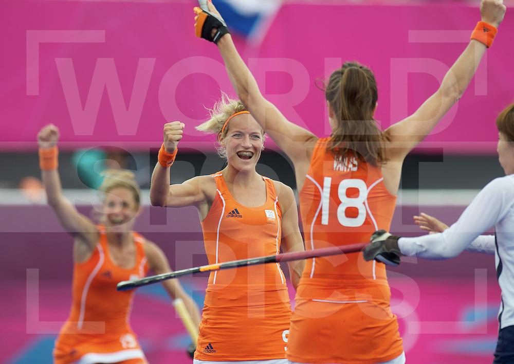 LONDON - Olympische Spelen 2012.women match.Netherlands v Korea 3-2.foto: Carlien Dirkse van den Heuvel (m) scoort 3-1 op aangeven van Naomi van As ( voorgrond).FFU PRESS AGENCY COPYRIGHT FRANK UIJLENBROEK.
