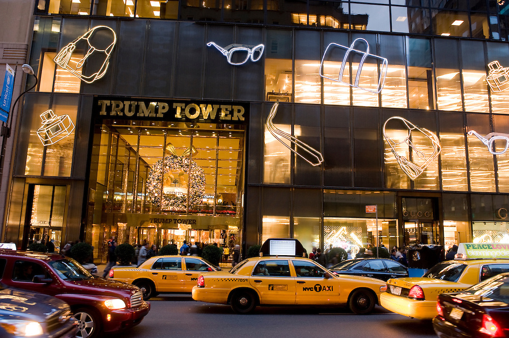 New York City Manhattan USA Fifth Avenue Trump Tower..Fifth Avenue, 5th ave, Manhattan, shopping, Einkauf, Konsum, Schaufenster, Strassenszene, Wirtschaft, Weihnachten, Weihnachtsgeschaeft, Handel, economy, shops, consumer, money, Geschaeft, stores, taxis, yellow cabs, Luxus