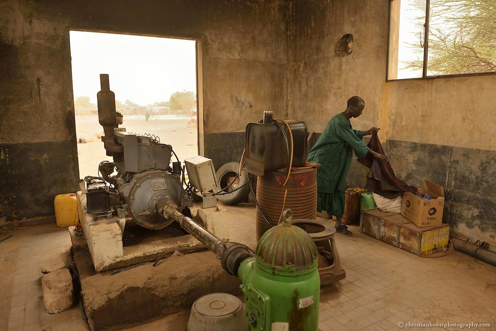 Dank einem von HEKS mitfinanzierten Bohrbrunnen können Viehbauern im sehr heissen und trockenen YOUNOUFERE in Senegal ihre Kühe auch in der Trockenzeit mit frischem Wasser versorgen. Auf dem Bild sieht man den Motor des Bohrbrunnens.
