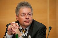 14 DEC 2010, BERLIN/GERMANY:<br /> Bernhard Witthaut, Vorsitzender Gewerkschaft der Polizei, GdP. Pressekonferenz zu den Forderungen zur Laender-Tarifrunde im öffentlichen Dienst 2011, Katholische Akademie<br /> IMAGE: 20101214-01-039
