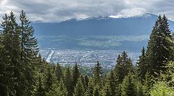 THEMENBILD - durch die Region in und um Innsbruck führen zahlreiche Wanderwege und -routen für alle Zielgruppen. Vom Familienwanderweg bis zu hochalpinen Touren ist für alle Naturbegeisterten etwas dabei. Im Bild Blick auf Innsbruck von kurz oberhalb der Umbrüggler Alm // The region in and around Innsbruck lead numerous hiking trails and routes for all target groups. From the family hiking trail to high alpine tours, there is something for all nature enthusiasts. Innsbruck, Austria on2017/05/21. EXPA Pictures © 2017, PhotoCredit: EXPA/ Jakob Gruber