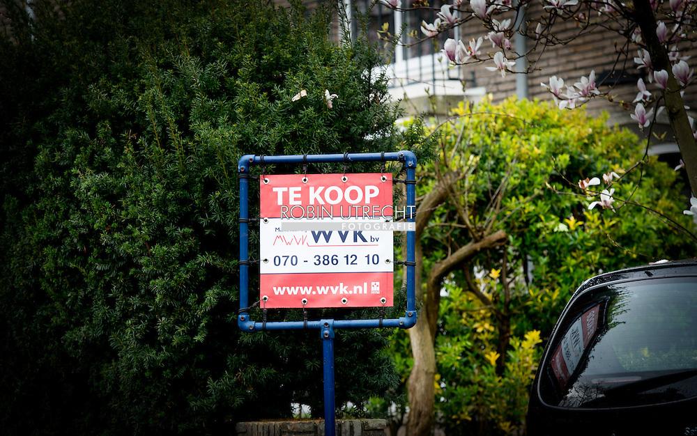 DEN HAAG  - te koop borden bord op woningen in rotterdam bouwkavels , makelaar , makelaars ,economie , beter , stijgen , stijging ,wooningbouw  verkocht , verkochte woningen  copyright robin utrecht