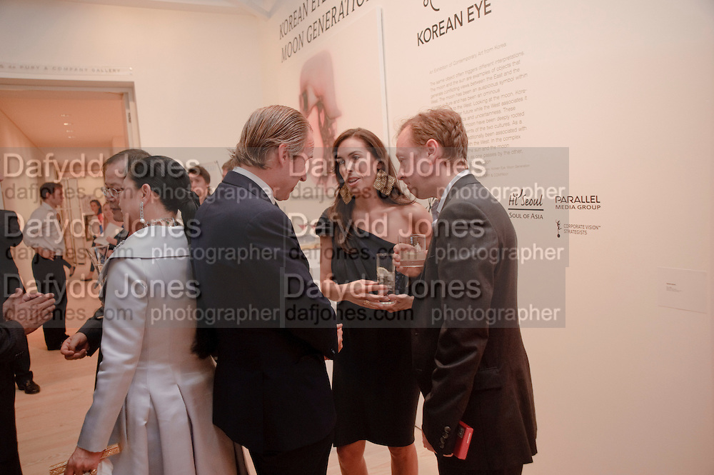 SIMON DE PURY; JESSICA DE ROTHSCHILD; GEORDIE GREIG, Korean Eye Dinner  hosted by The Dowager Viscountess Rothermere and Simon De Pury.Sponsored by CJ, Korean Food Globalization Team, Hino Consulting and Visit Korea Committee. Phillips de Pury Space, Saatchi Gallery.  Sloane Sq. London. 2 July 2009.