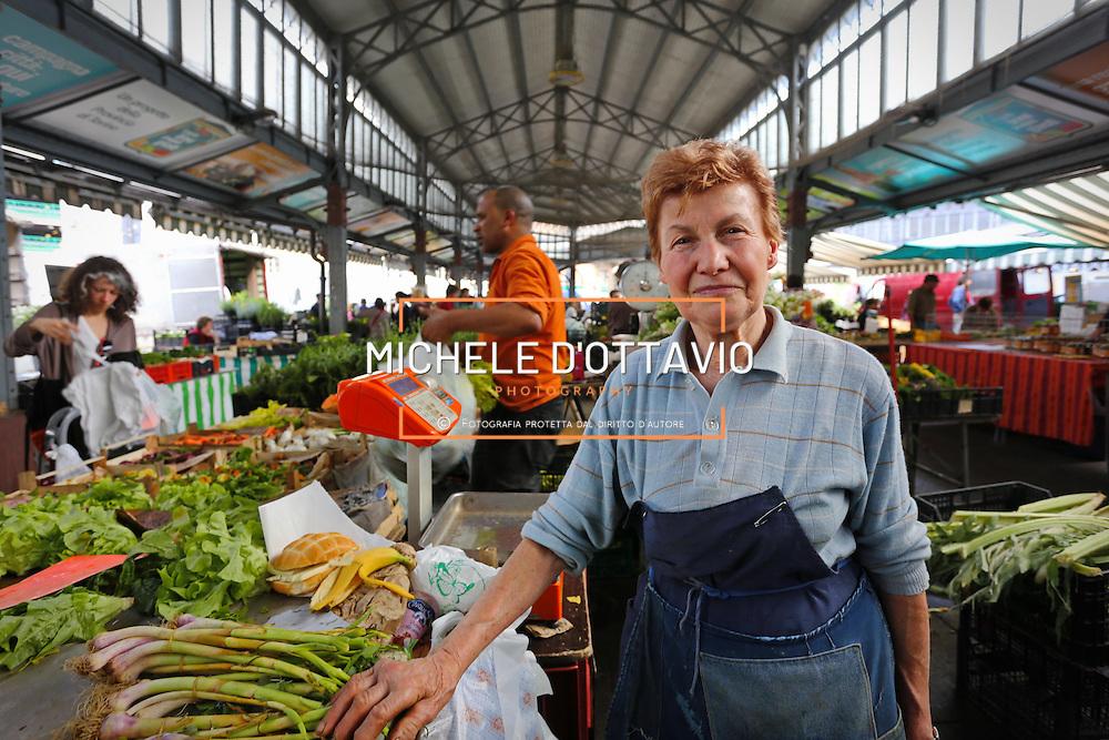 Torino: il mercato dei contadini di Porta Palazzo in piazza della Repubblica. <br /> <br /> Turin: the farmers market of Porta Palazzo