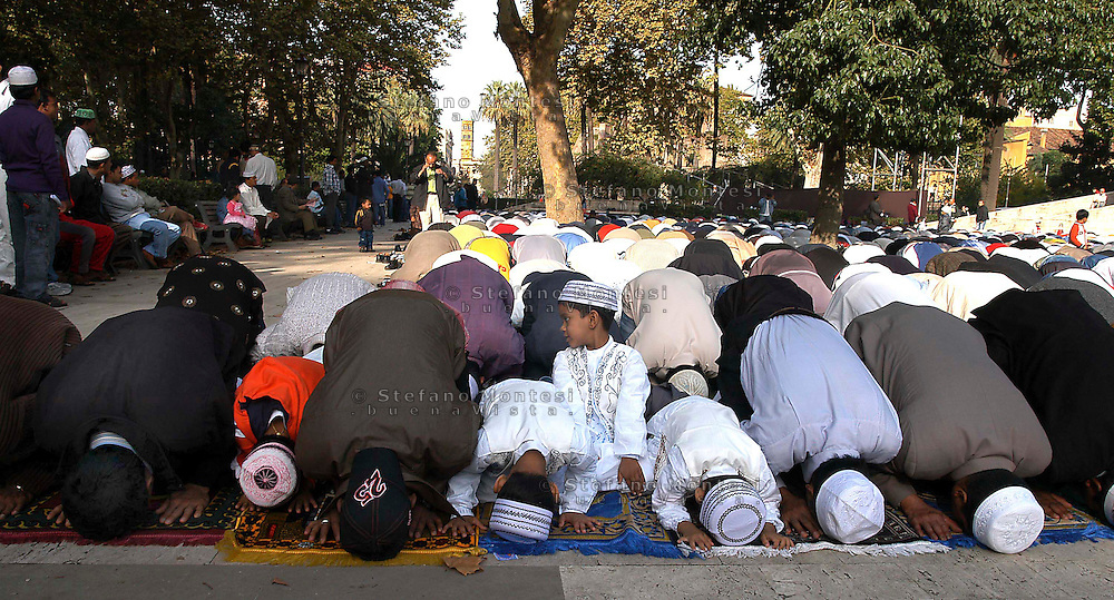 Roma  November 3 2005.Muslim immigrants crowd the garden of Piazza Vittorio square, in Rome's Esquilino multi-ethnic quarter, for the Eid al-Fitr prayer to mark the end of the fasting month of Ramadan.