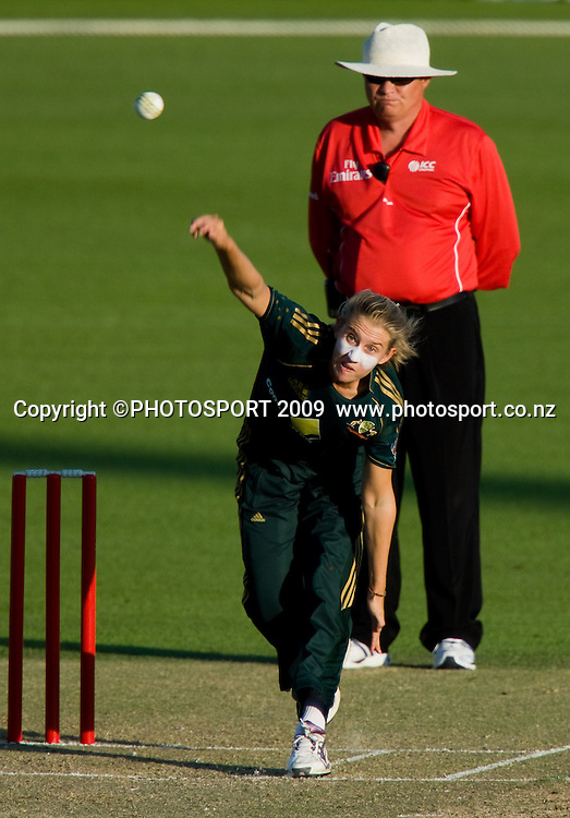 Delissa Kimmince bowls for Australia during the 3rd ODI Rose Bowl Series cricket match between New Zealand White Ferns and Australia at Seddon Park, Hamilton, New Zealand, Friday 06 February 2009.  Photo: Stephen Barker/PHOTOSPORT